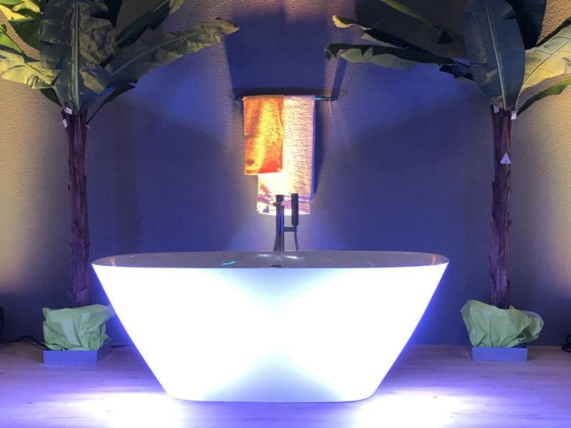 Freistehende Badewanne mit stimmungsvoller Beleuchtung auf der Bau-Fachmesse in Bad Salzuflen