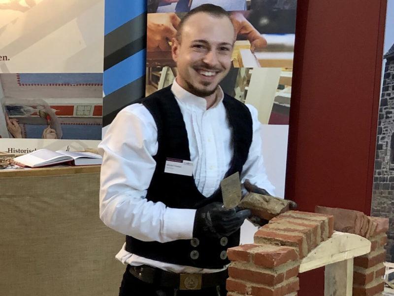 Zimmermann mauert Torbogen live auf der Bau-Fachmesse in Bad Salzuflen