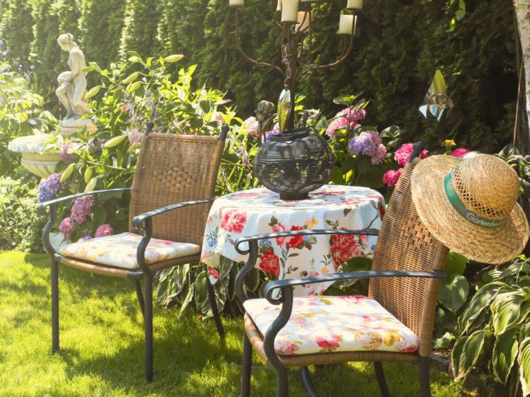 Zwei Gartenstühle und ein Tisch in einem Garten