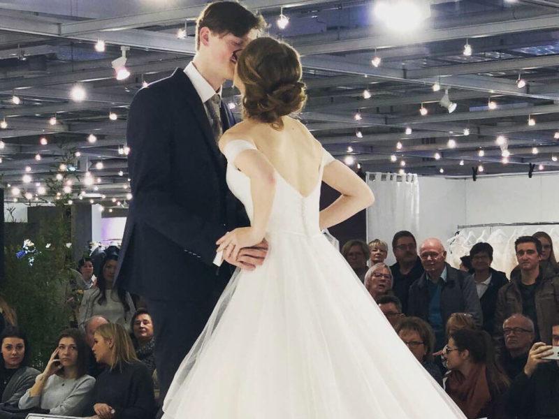 Brautpaar auf der Modenschau der Bad Salzufler Hochzeits-Messe 2020