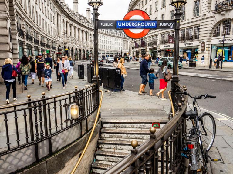 Public Underground Schild U-Bahn Station in England